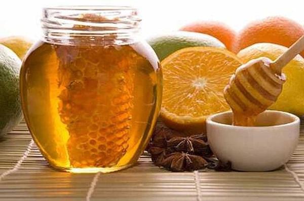 Фото меда в баночке и цитрусовых на циновке