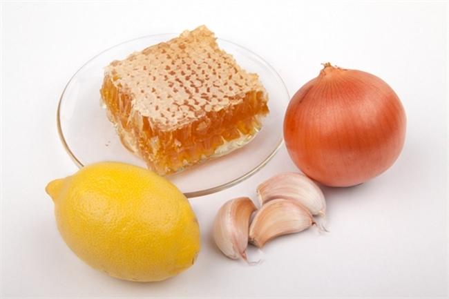 Фото меда в сотах, чеснока, лука и лимона