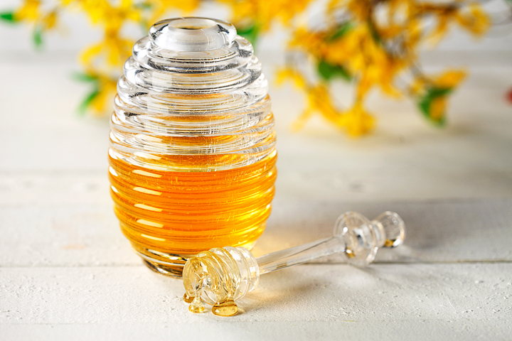 Фото пестика и стеклянной банки с пчелиным продуктом
