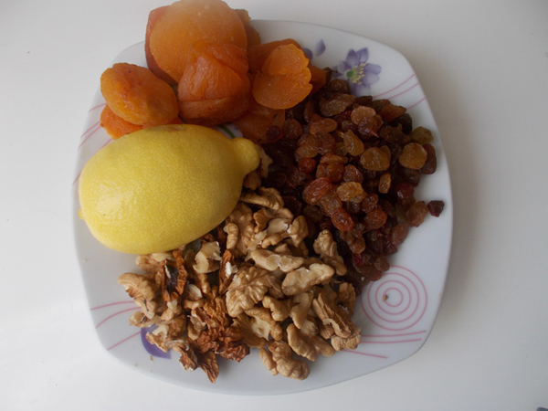Фото орехов, лимона, кураги, изюма на тарелке