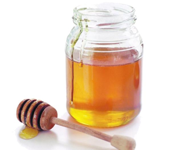 Фото открытой банки с медом и ложки-колотушки