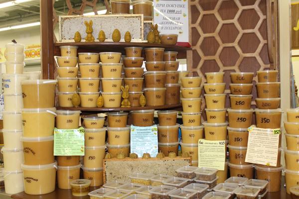 Фото прилавка с разными сортами меда на рынке