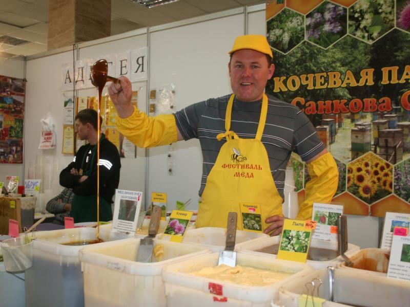 Фото продажи меда на фестивале