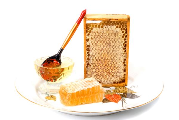 Фото рамки с сотами и деревянной расписной ложки на тарелке