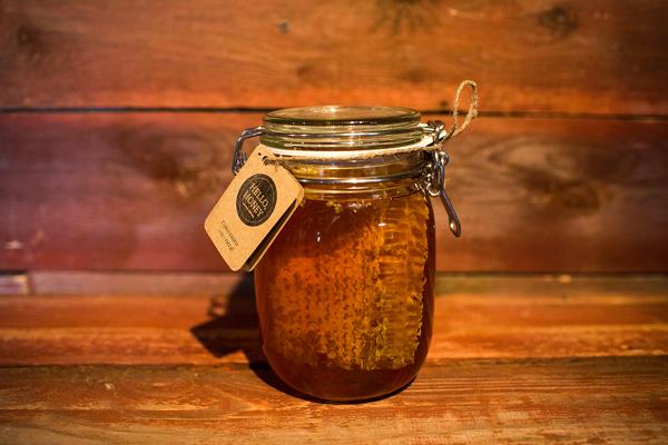 Фото сот в закрытой банке с медом
