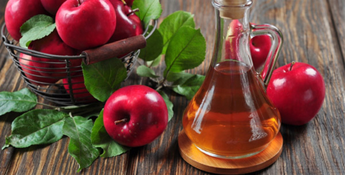 Фото яблок и бутылочки с уксусом