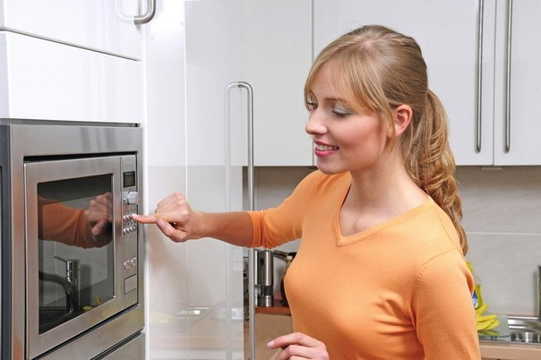Фото женщины возле микроволновой печи