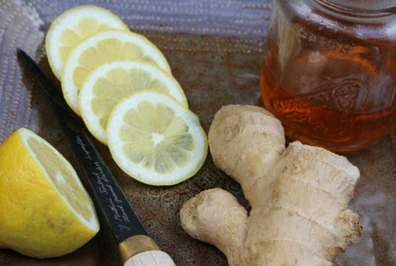 Фото нарезанного дольками лимона, имбиря и меда