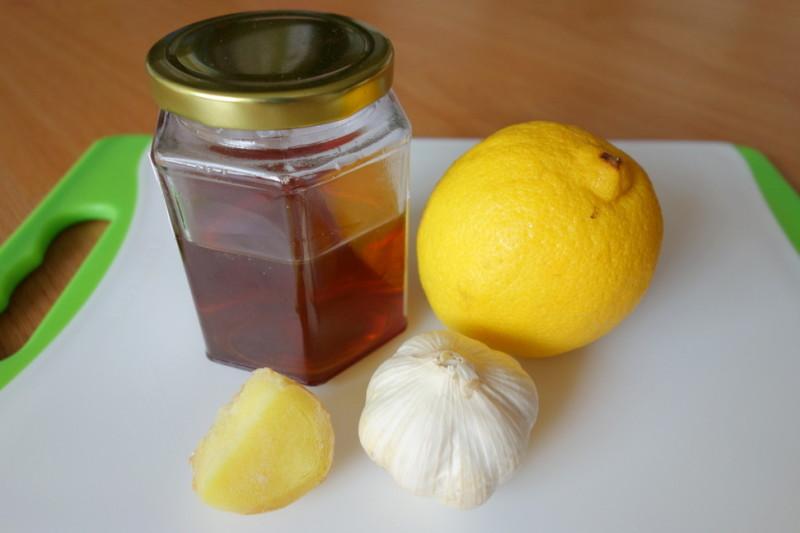 Фото кусочка имбиря, чеснока, лимона и меда