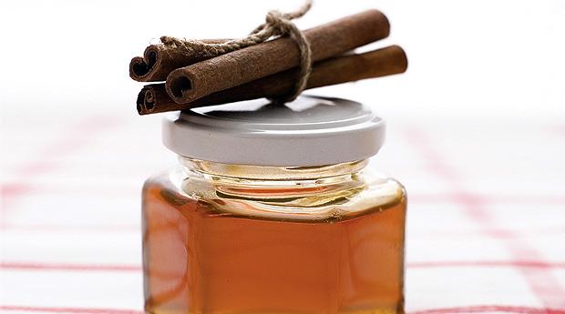 Фото корицы и баночки меда