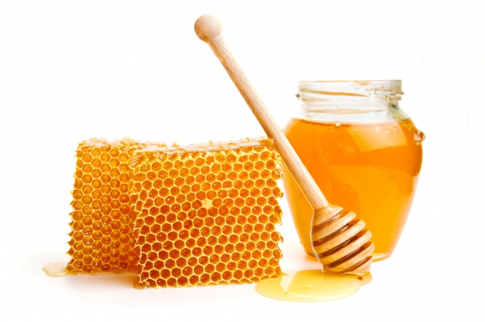 Фото сот, банки с пчелиным нектаром и ложки