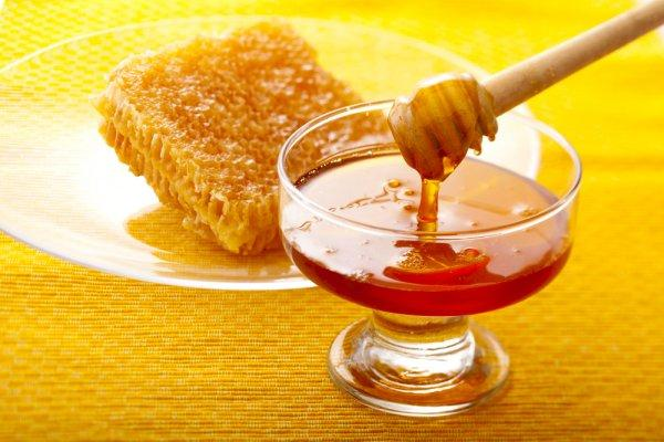 Фото пчелиного нектара в пиале и медовых сот