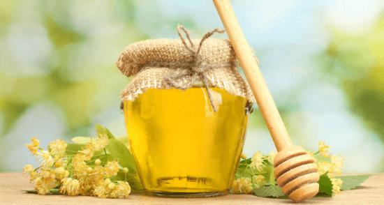 Фото пчелиного продукта в баночке и ложки