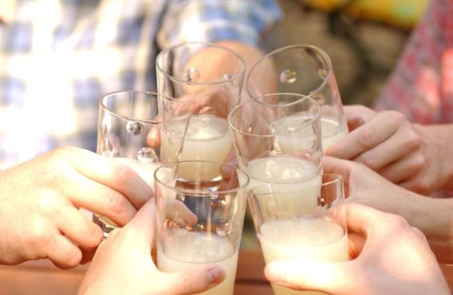 5 стеклянных стаканов с медовухой