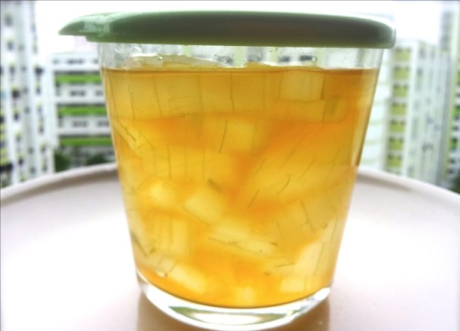 Почищенный и порезанный алоэ в мёде