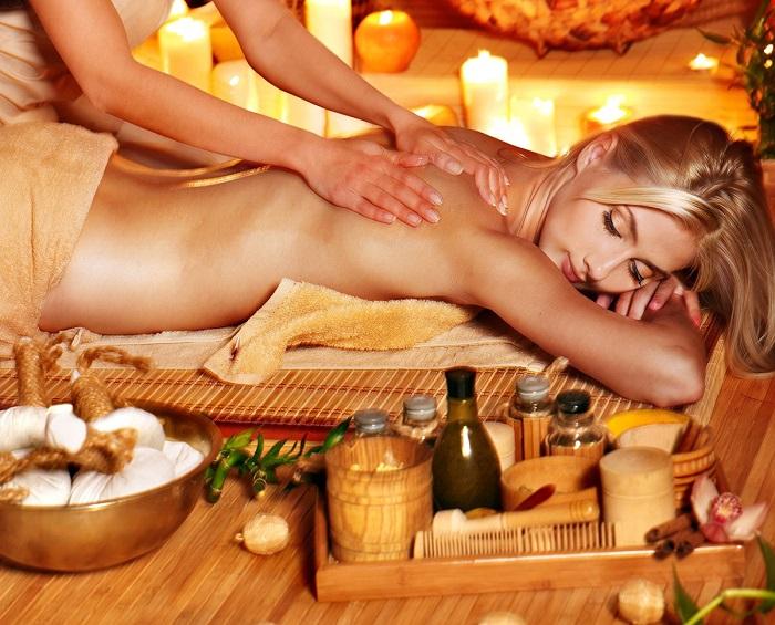 Процедура медового массажа в СПА салоне