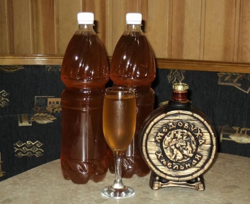 Бочонок и бутылки с домашней медовухой