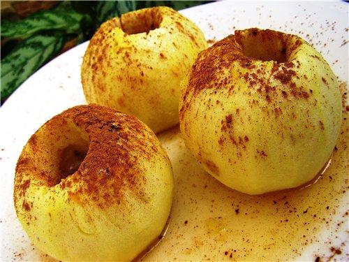 Три яблока запеченных с медом и корицей