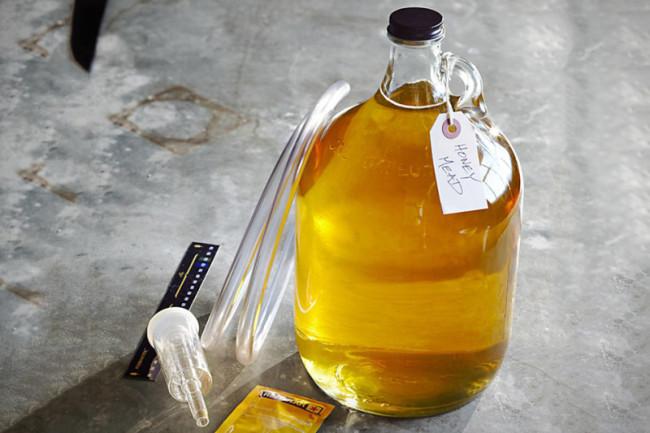 Медовуха в стеклянной бутылке