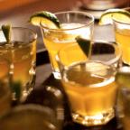 Медовуха в стеклянных стаканах с лаймом
