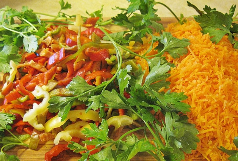 Морковка, зелень и шинкованный перец