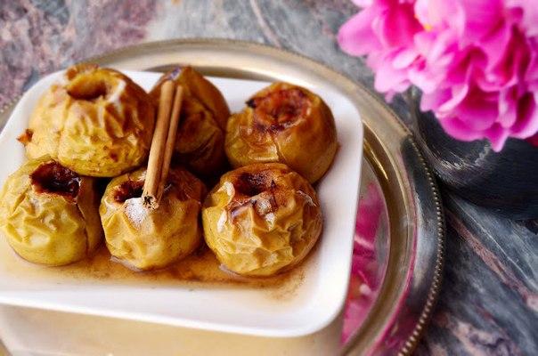 Запеченные медовые яблоки с корицей