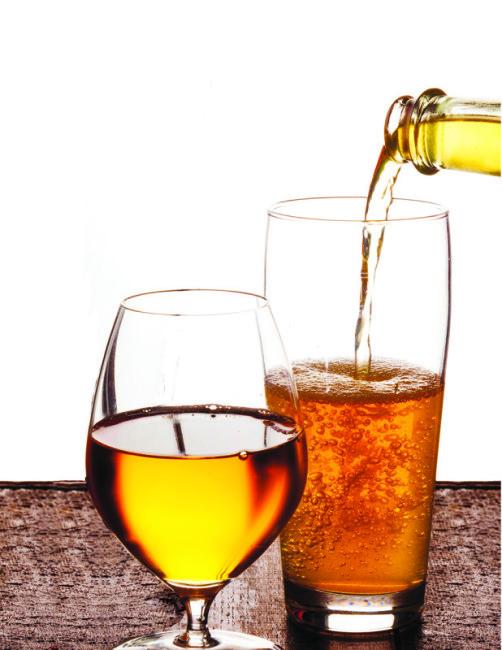 Бокал и стакан медовухи с пергой