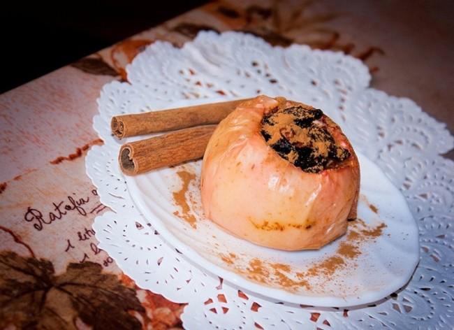 Палочки корицы и запечённое яблоко с мёдом