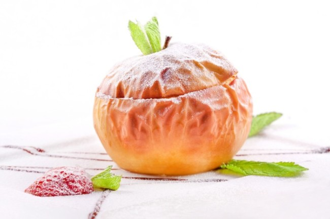Запечённое яблоко присыпанное пудрой