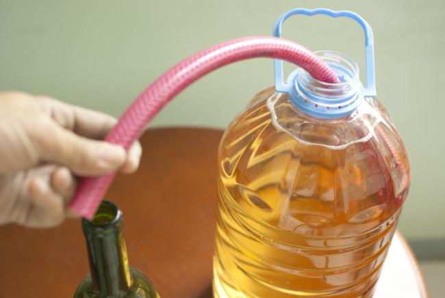 Бутылка на 5 литров с медовухой и отводом