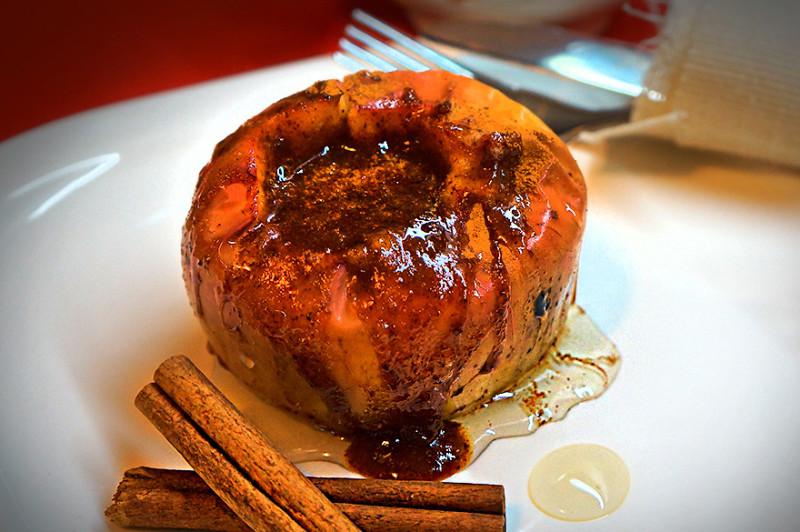 Пепин с медом и корицей на блюде