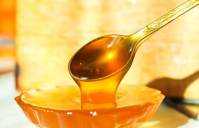 Льющийся мед с ложечки в пиалу