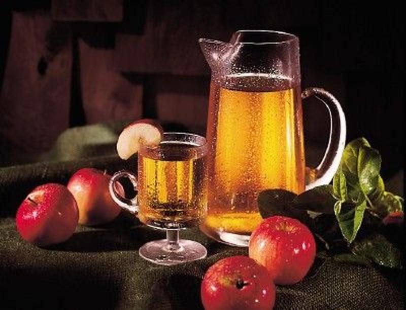 Натюрморт с напитками и яблоками