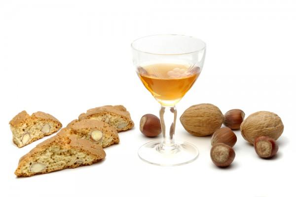 Чарка с медовухой на фоне орехов и выпечки