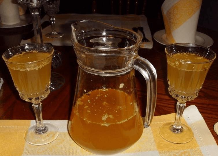 Охлажденная медовуха в бокалах и графине