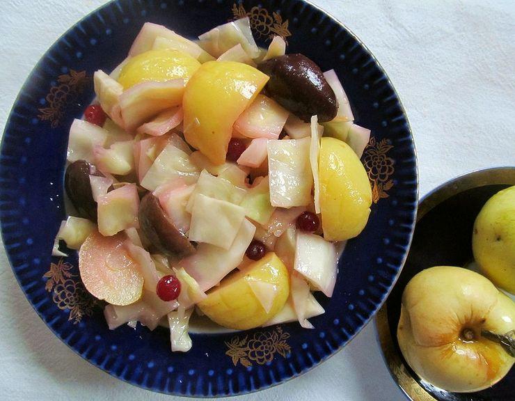 Салат из моченых яблок, капусты и клюквы