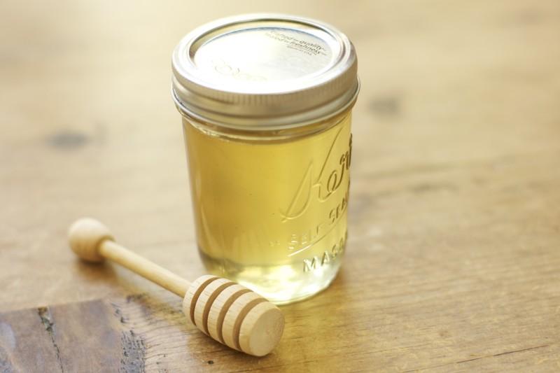 Жидкий светлый мед в банке