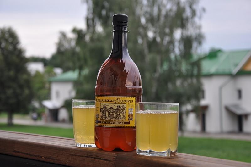 Бутылка и полные стаканы медовухи