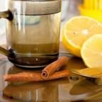 Чашка с водой, лимон, корица и ложка с медом