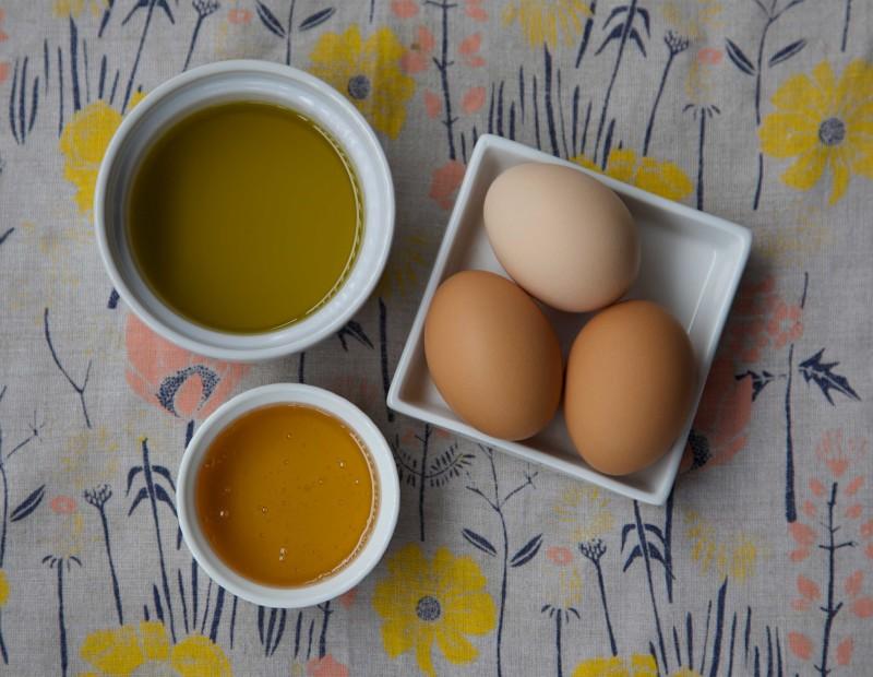 Игредиенты для медовой маски с яйцом