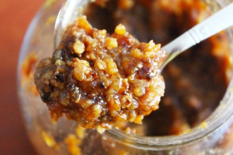 Кедровые орешки с медом в ложке