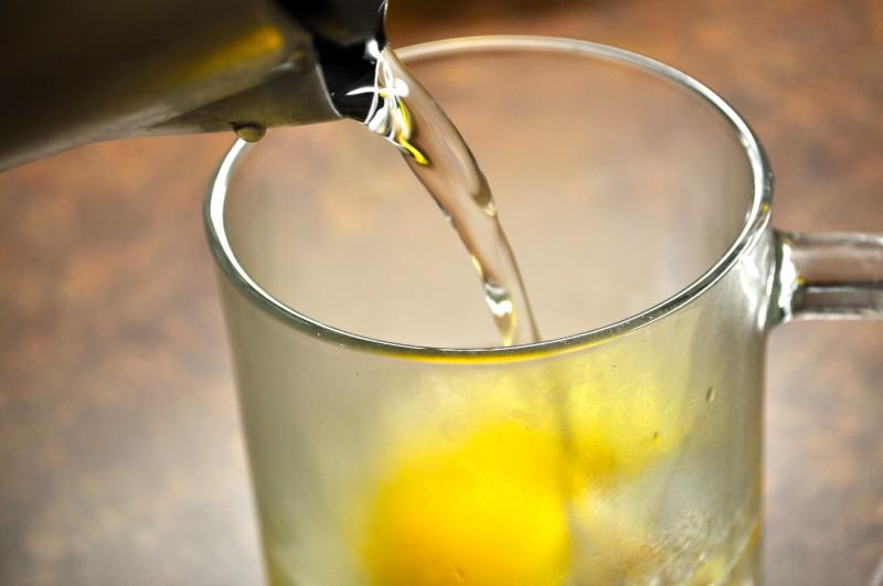 Льющаяся в чашку с медом вода
