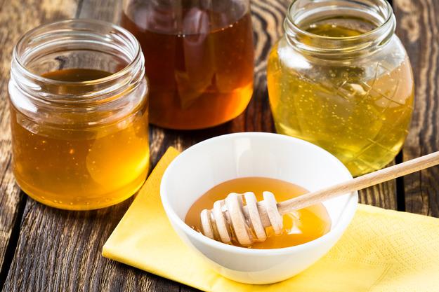 Пчелиный нектар в банках и в блюдце с колотушкой