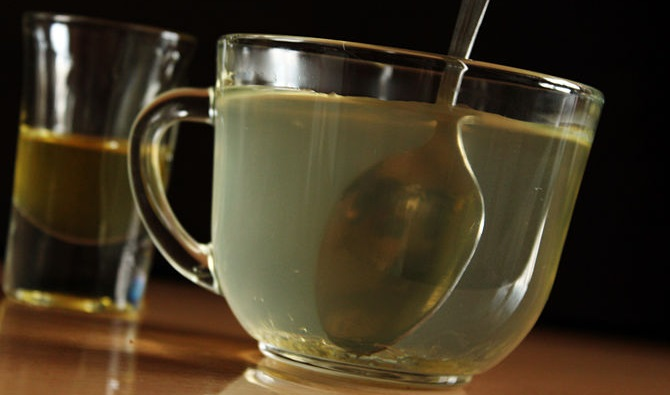 Медовая вода в чашке с ложкой
