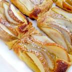 Грушевые пирожные на блюде