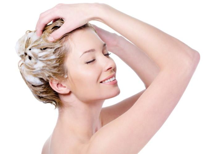 Женщина массирует волосы с маской