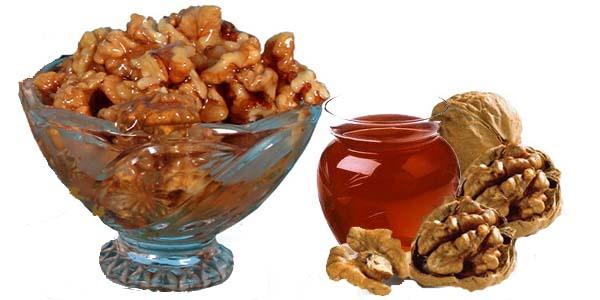 Орехи с медом в пиале