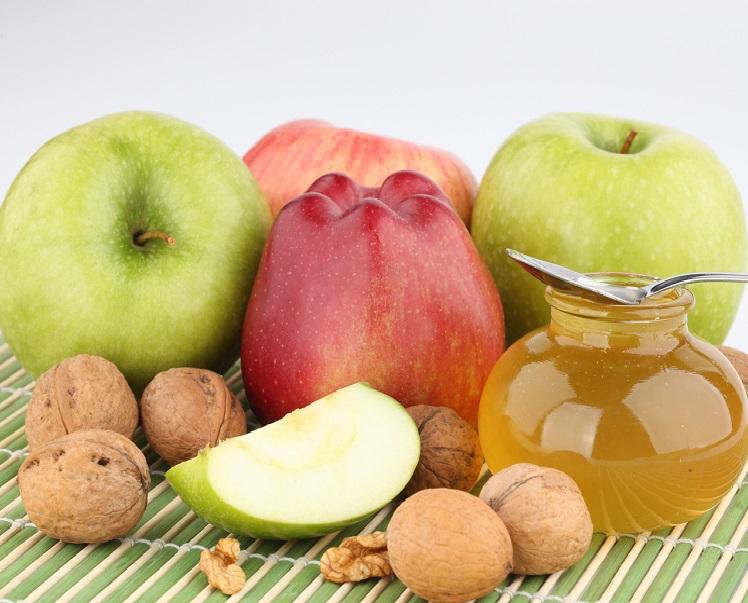 Яблоки с медом и орехами на Спас