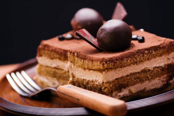 Шоколадное пирожное с декорированием