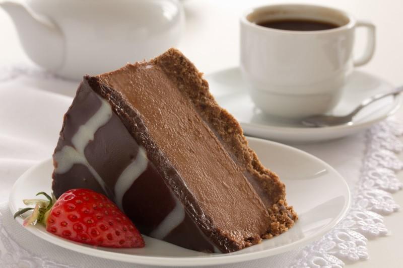 Шоколадный десерт на блюдце